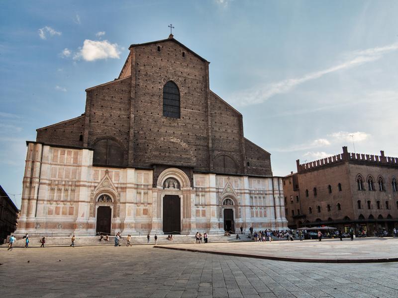 """La chiesa """"incompiuta"""" più grande del mondo: la Basilica di San Petronio in piazza Maggiore a Bologna"""